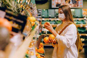 étudiante dans une épicerie solidaire